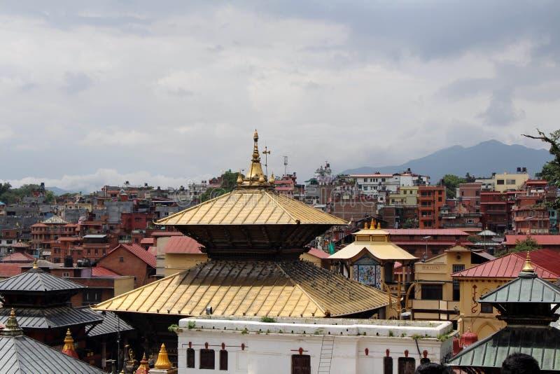 Widoku Pashupatinath świątynia w Kathmandu z naprzeciw rzeki obraz stock