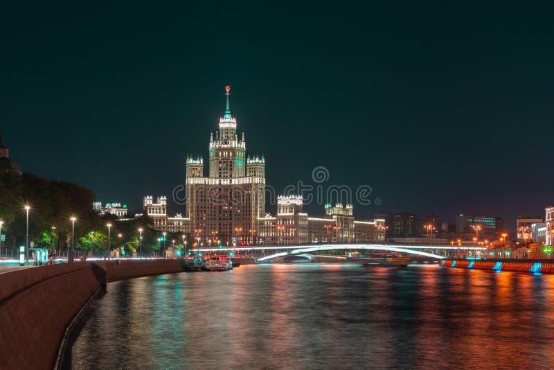 Widoku pejzaż miejski Moskwa przy nocą Dziejowy budynek, wieżowiec na Kotelnicheskaya bulwarze i rzeka, zdjęcie stock