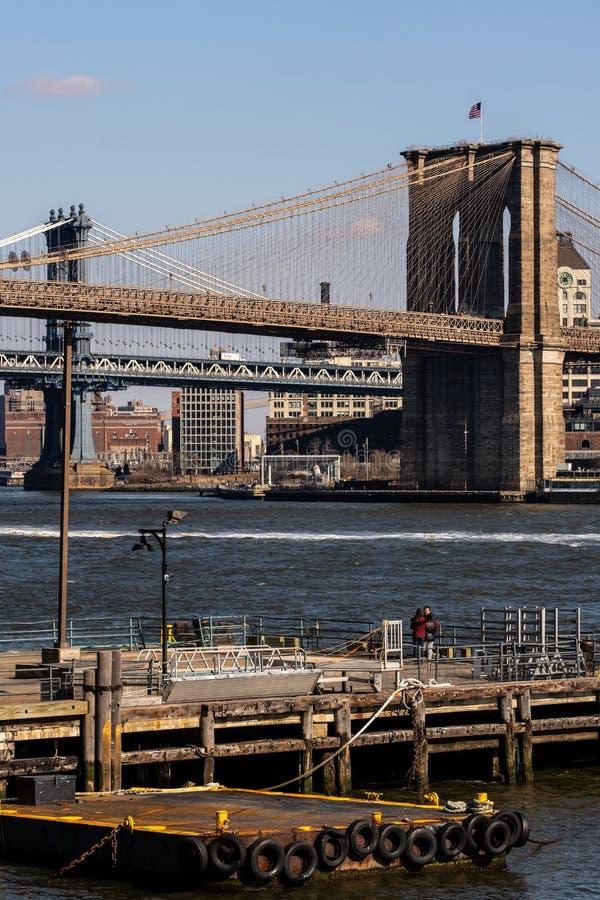 Widoku puszek most brooklyński i Manhattan most od wschodniej rzeki popieramy kogoś w lower manhattan Miasto Nowy Jork fotografia royalty free