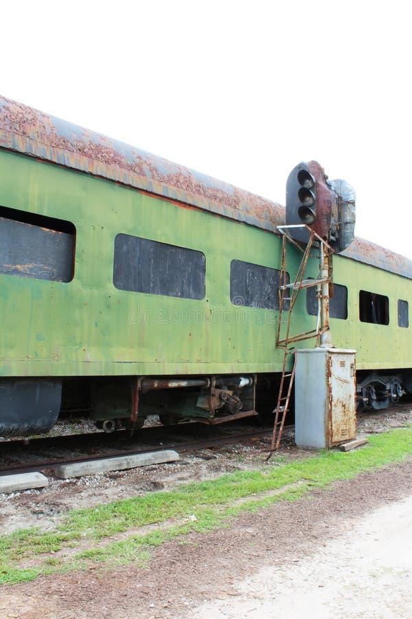 Widoku puszek strona rdzewiejąca zieleń porzucająca kolejowego samochodu i pociągu szlakowa oprawa oświetleniowa obrazy royalty free