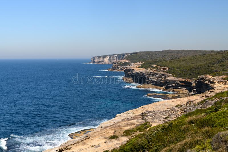 Widoku puszek wybrzeże w Królewskim parku narodowym w Sydney obraz royalty free