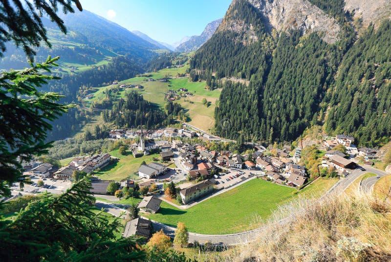 Widoku puszek wysokogórska wioska muczenia w Passeier Stubai Alps, Po?udniowy Tyrol, W?ochy zdjęcia royalty free