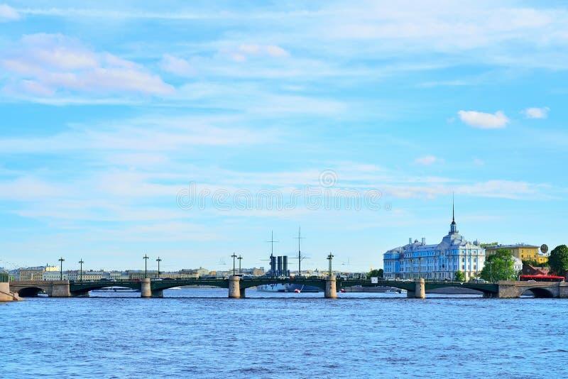 Widoku Sampsonievsky most i Nakhimov morski szkolny dormit, obraz royalty free