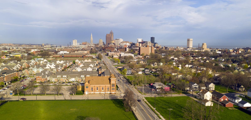 Widoku Z Lotu Ptaka Cleveland linia horyzontu burzy w centrum zbli?a? si? zdjęcie stock