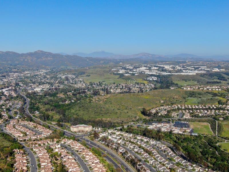 Widoku z lotu ptaka podmiejski s?siedztwo z identycznymi willami w dolinie obok siebie San Diego, Kalifornia, obraz stock