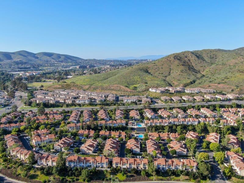 Widoku z lotu ptaka podmiejski s?siedztwo z identycznymi willami w dolinie obok siebie San Diego, Kalifornia, zdjęcie stock