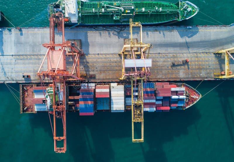 Widoku z lotu ptaka portu morskiego zbiornika ładunku ładowania statek w importowym eksportowym biznesie logistycznie Frachtowy t zdjęcie stock