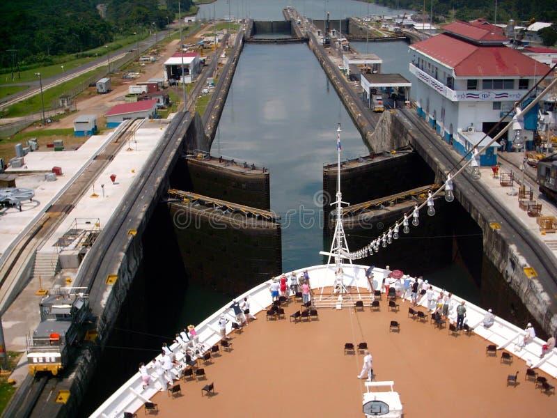 Widoku Z Lotu Ptaka statku wycieczkowego Panamski kanał zdjęcia royalty free