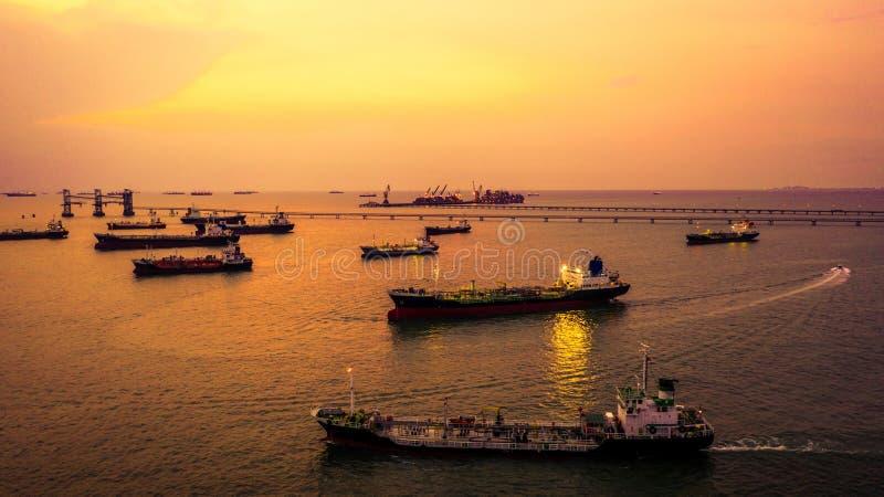 Widoku z lotu ptaka tankowa statek w otwartym morzu przy nocą, rafineria przemysłu ładunku statek zdjęcia stock