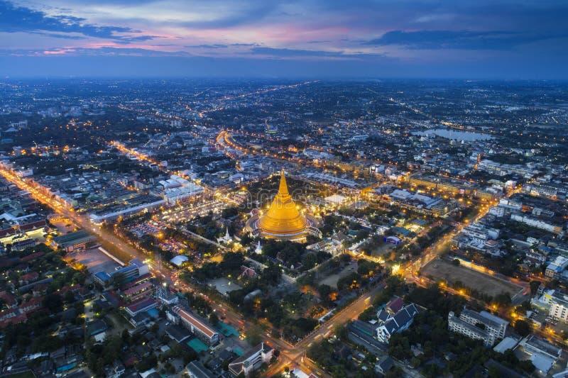 Widoku z lotu ptaka trutnia strzał Bangkok nocy światło z złotą górą, Tajlandia obraz royalty free