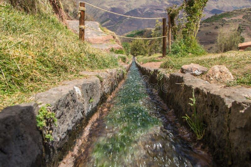 Widoku zakończenie na wodnym kanale antyczny inka rujnuje Tipà ³ n, Peru obrazy royalty free