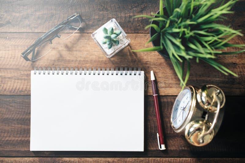 Widowisk, kaktusa, zegaru, pióra i pustego miejsca notatnik dla kopii przestrzeni na drewnianym stole, obrazy royalty free