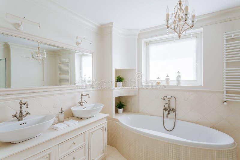 Widowiskowa łazienka w kremowych kolorach fotografia royalty free