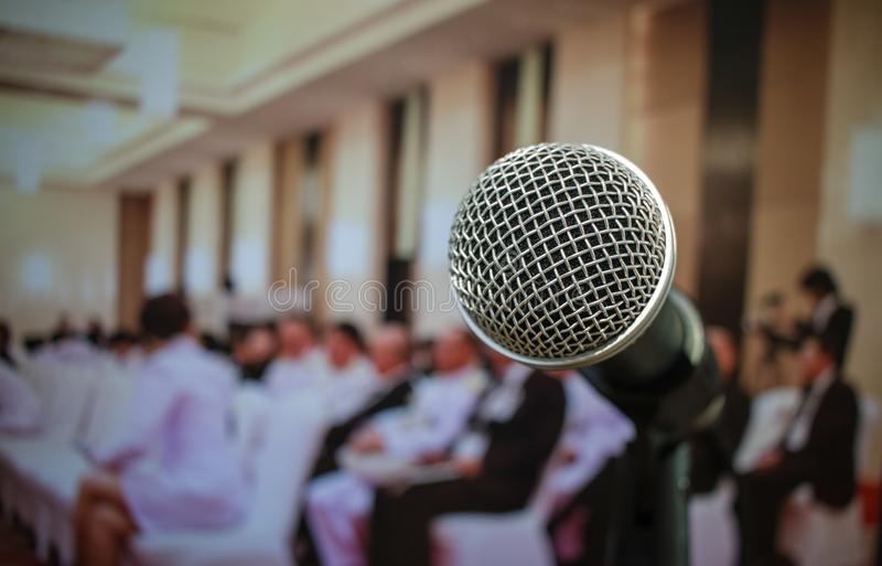 Widowni słuchająca głośnikowa mowa w sala konferencyjnej lub konwersatorium zdjęcia royalty free