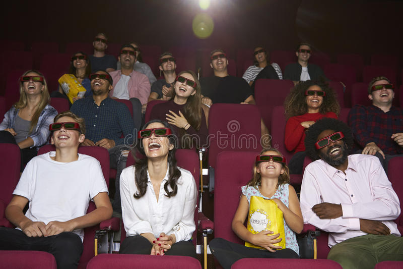 Widownia Jest ubranym 3D szkła Ogląda komedia film W kinie zdjęcie royalty free