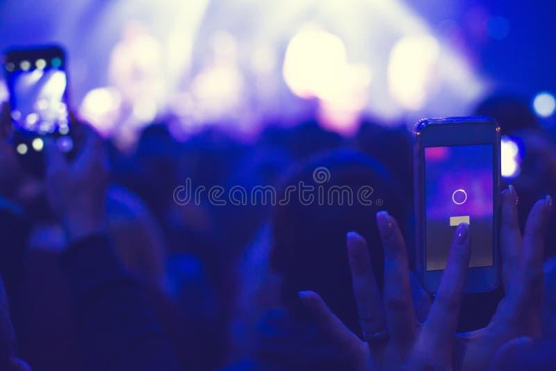Widownia nagrywać na wideo na smartphone obraz royalty free