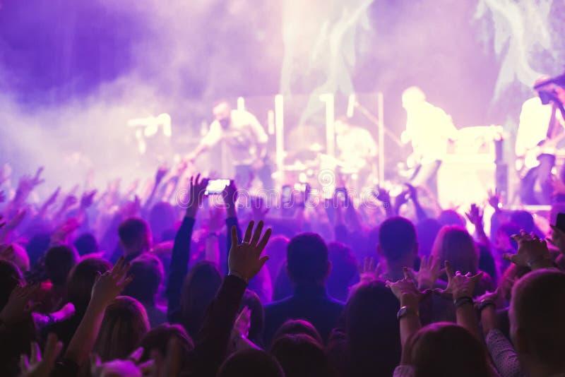 Widownia ogląda koncert na scenie zdjęcia stock