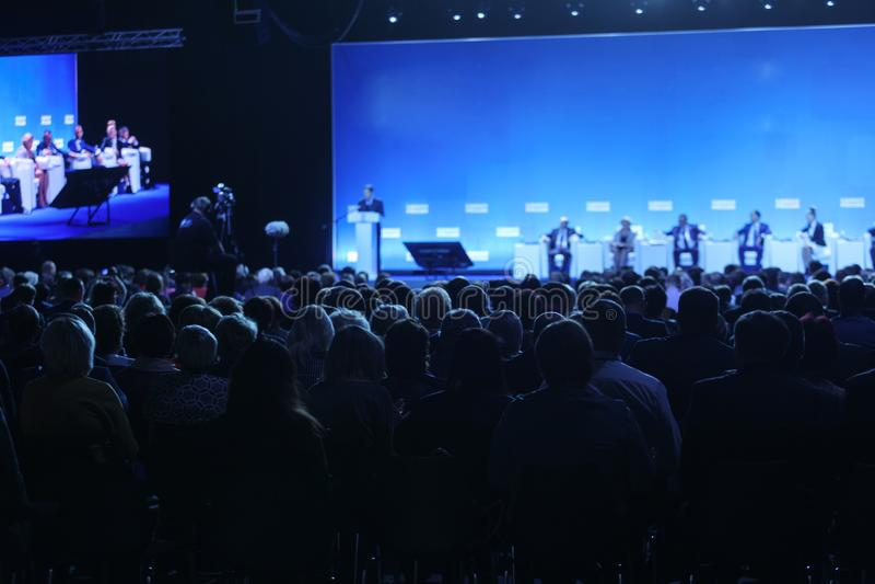 Widownia przy sala konferencyjną Mówca daje rozmowie na korporacyjnej Biznesowej konferenci Biznes i przedsiębiorczość obraz royalty free