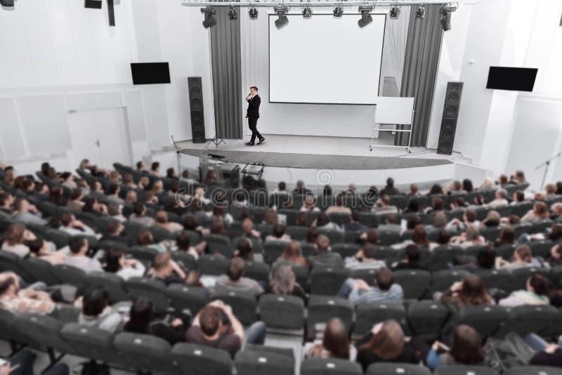 Widownia słucha mówca w sali konferencyjnej zdjęcie stock
