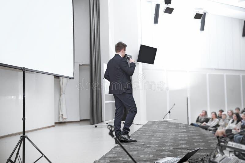 Widownia s?ucha m?wca w sali konferencyjnej zdjęcia stock