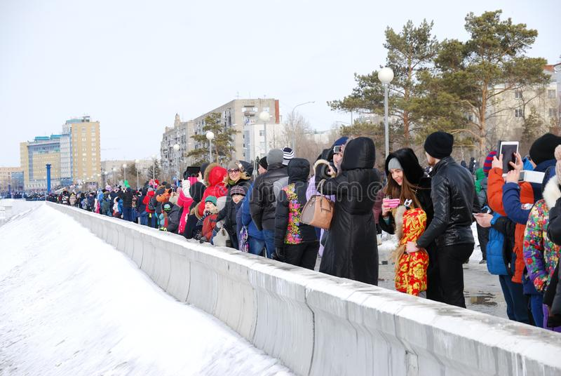 widz?w airshow patrze? Omsk, Rosja - 19 Marzec, 2016: Występ Rosyjscy rycerze przy pokazem lotniczym obraz stock