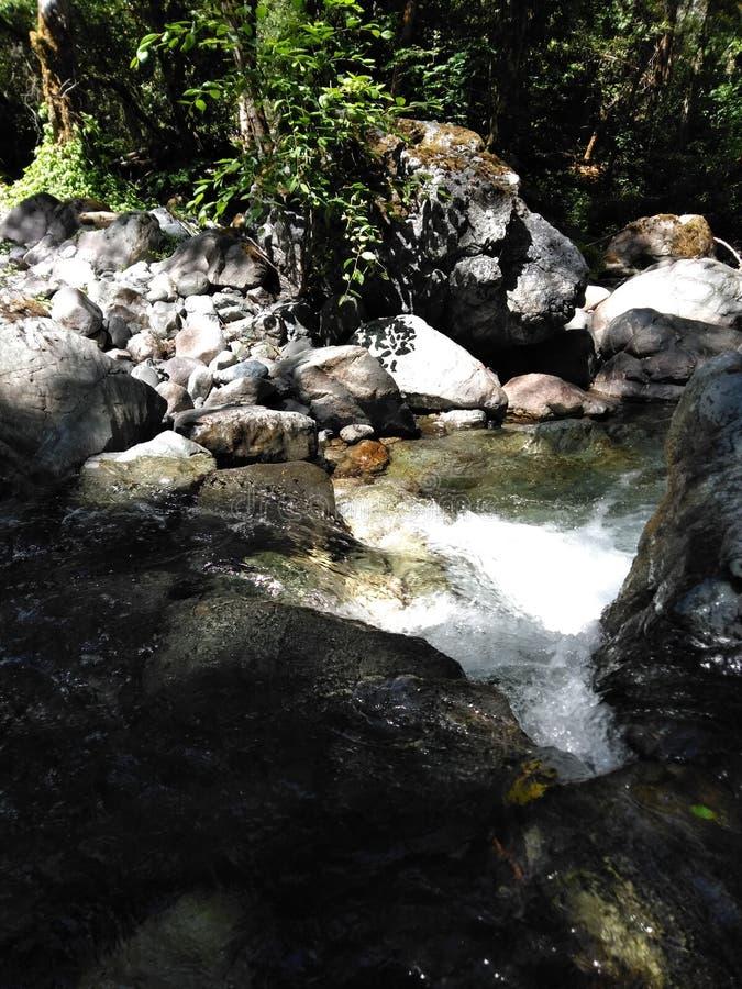 Widzieć wodę spada od wierzchołka zdjęcia stock