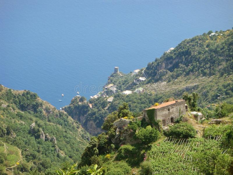 Widzieć wysoki jeden morze od wybrzeża otaczającego wiosny roślinnością Włochy zdjęcie royalty free