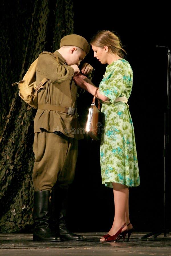 Widzieć z rekruta dla wojny Rosyjski żołnierz i jego dziewczyna Portret Rosyjski żołnierz fotografia stock