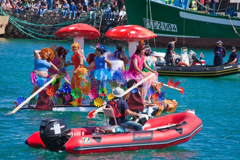 Widzowie oglądają brać woda w corocznym Regata De Achipencos w Puerto Del Rosario gdy uczestnicy obrazy royalty free