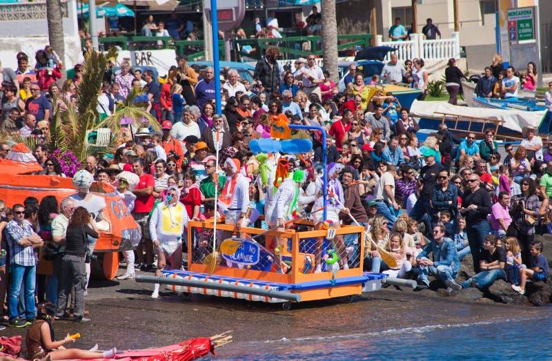 Widzowie oglądają brać woda w corocznym Regata De Achipencos w Puerto Del Rosario gdy uczestnicy fotografia royalty free
