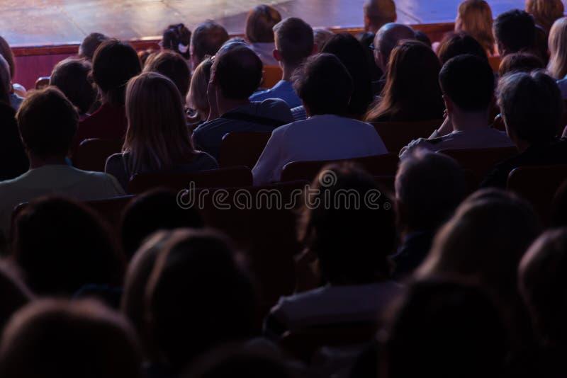 Widzowie przy teatru występem w kinie przy koncertem lub, Strzelać od behind Widownia w sala obraz royalty free