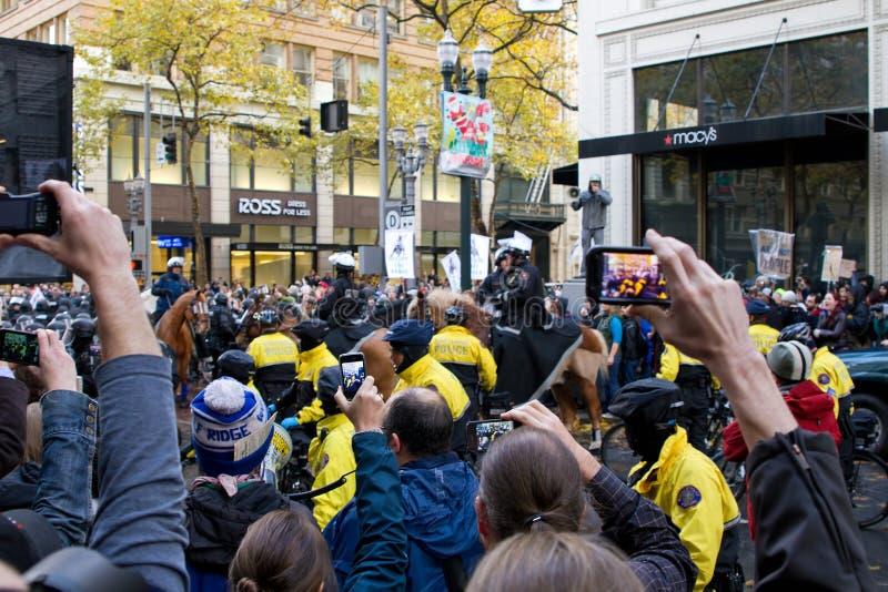Widzowie z kamera telefonów Nagrywać Zajmują Portland protest obrazy royalty free