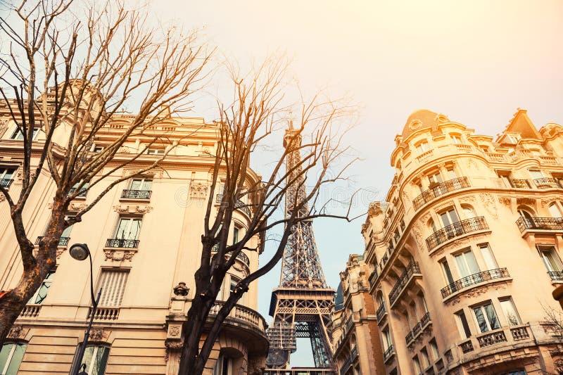 Wieża Eifla widok od wygodnej ulicy w Paryż, Francja zdjęcie stock