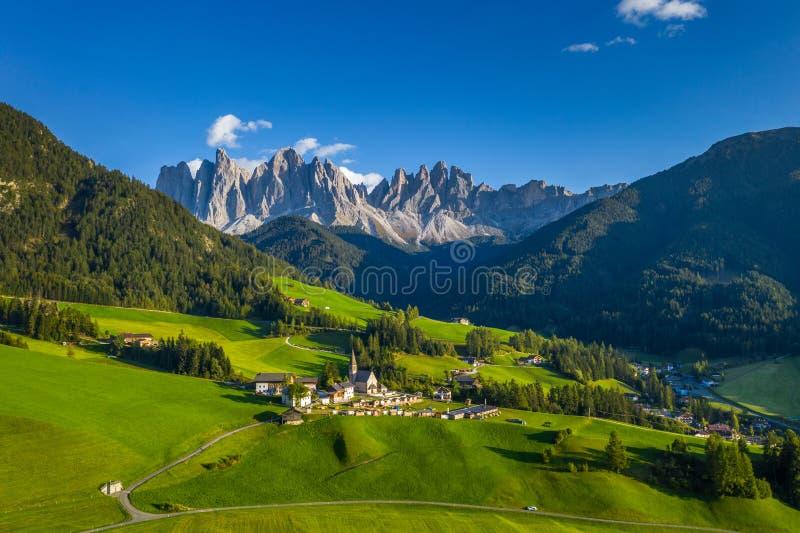 Wieś Santa Maddalena (Santa Magdalena) z magicznymi górami Dolomites w tle, dolina Val di Funes, Trentino Alto Adige obrazy stock