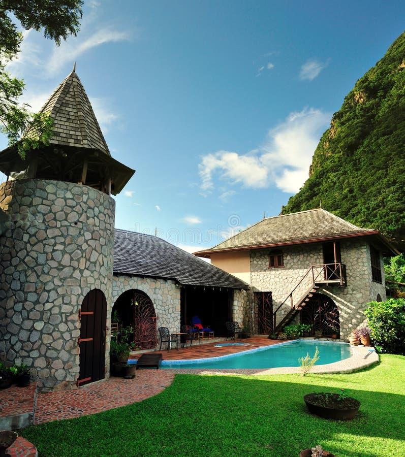 Wieśniaka dom z basenem między Pitons zdjęcia royalty free