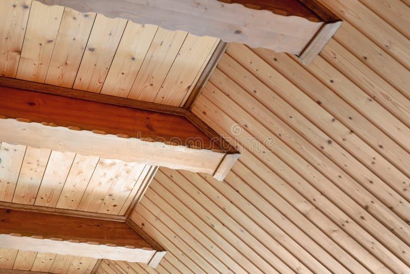 Wieśniaka domowy sufit z szerokim drewnianego promienia poparciem Kraju domowy wnętrze Budować naturalnych dekoracja materiały obrazy royalty free