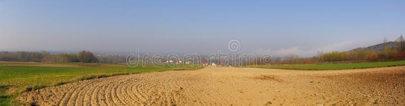 Wieśniaka krajobraz z zaoranym polem przy wiosną fotografia stock
