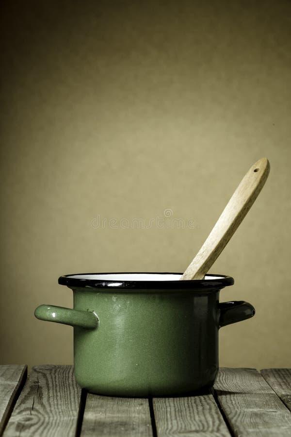 Wieśniaka kucharstwa zieleń emaliujący garnek obrazy royalty free