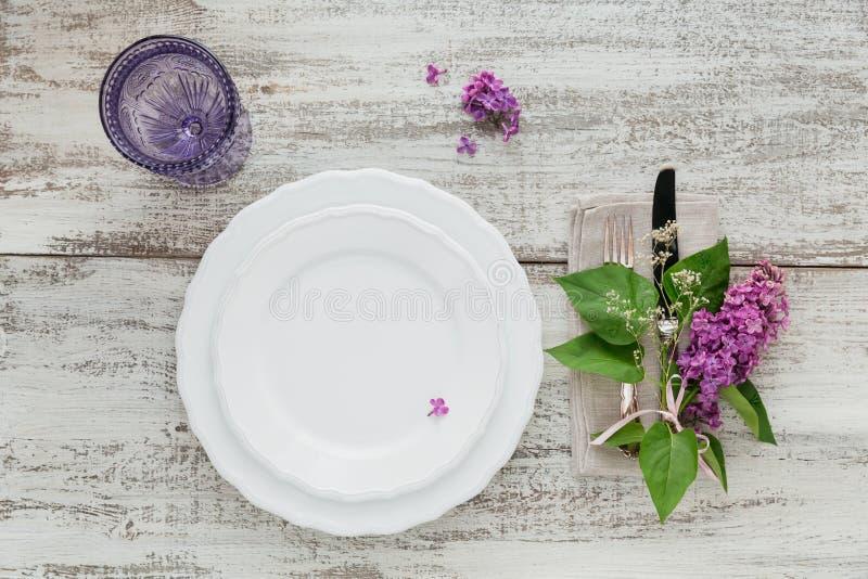 Wieśniaka stołowy położenie z lilymi kwiatami obrazy royalty free