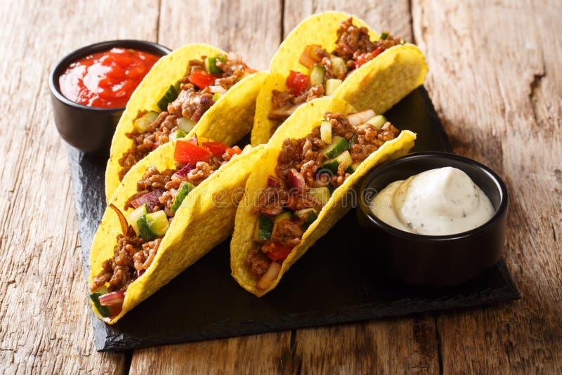 Wie?niaka stylowy tacos z wo?owin?, serem i warzywami, s?uzy? z kumberlandami w g fotografia royalty free