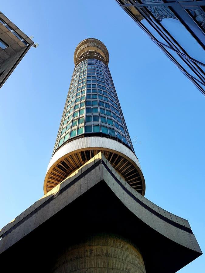 Wieża BT jest wysoka nad Londynem i sięga do błękitnego nieba zdjęcia royalty free