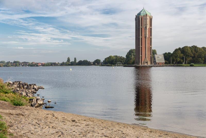 Wieża ciśnień blisko jeziora w Aalsmeer holandie zdjęcie stock