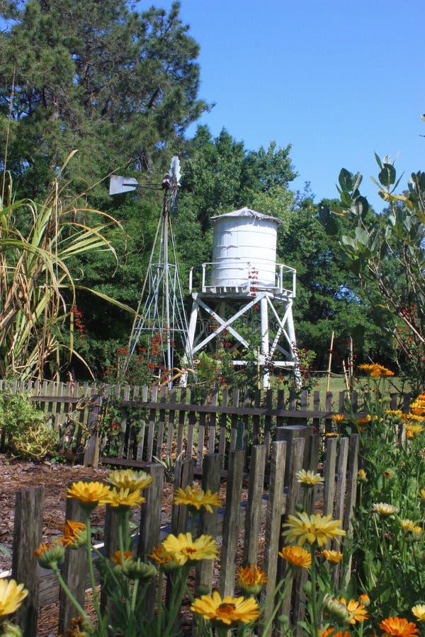 Wieża ciśnień i wiatraczek zdjęcie royalty free