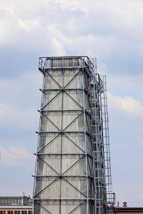 Wieża ciśnień jest stalowym budową ochraniającym łupkiem Budowy Technology architektura przemysłowej Pracująca przestrzeń obrazy royalty free
