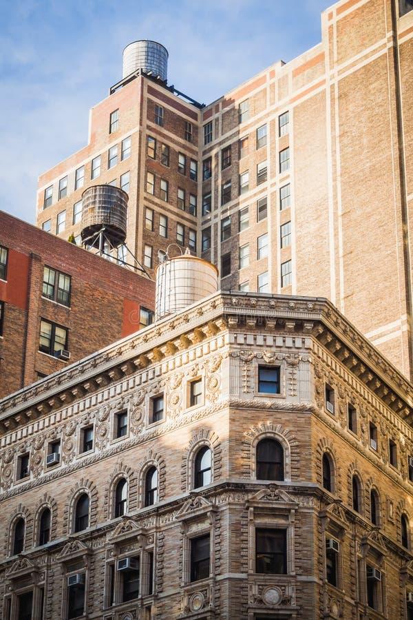 Wieża ciśnień nad budynkami różne ery w Nowy Jork zdjęcie stock