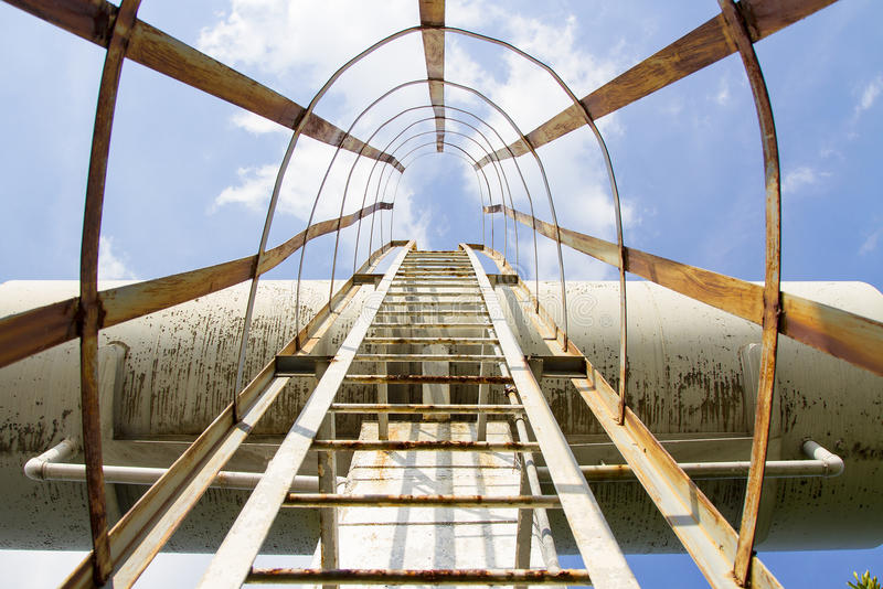 Wieża ciśnień przeciw staremu białemu zbiornikowi i niebieskiemu niebu obrazy stock