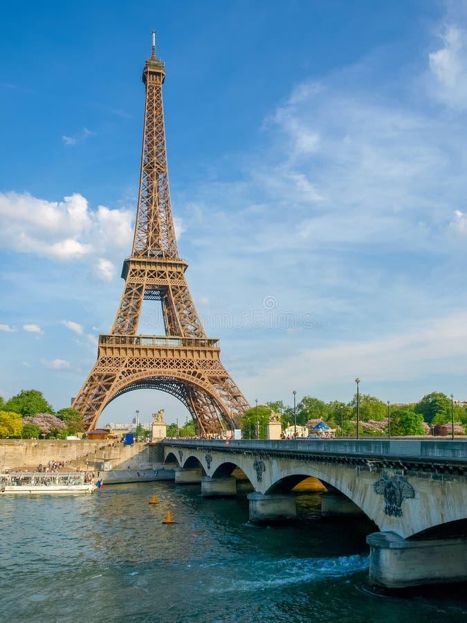 Wieża Eifla i most nad rzeką w Paryż zdjęcia stock