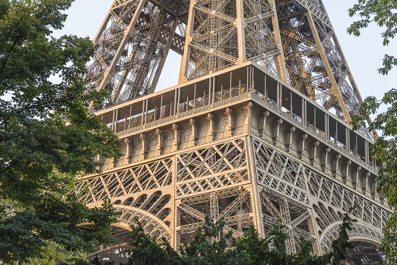 Wieża Eifla na pogodnym letnim dniu fotografia royalty free
