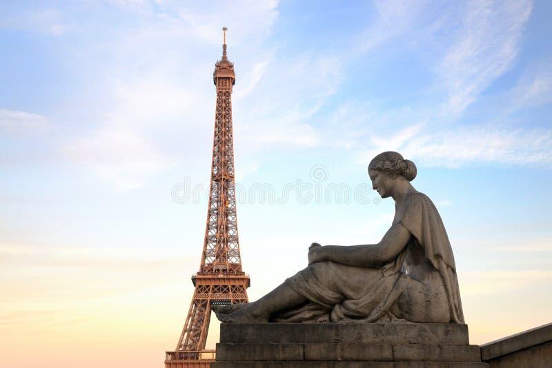 Wieża Eifla od Trocadero z statuą kobieta zdjęcia stock