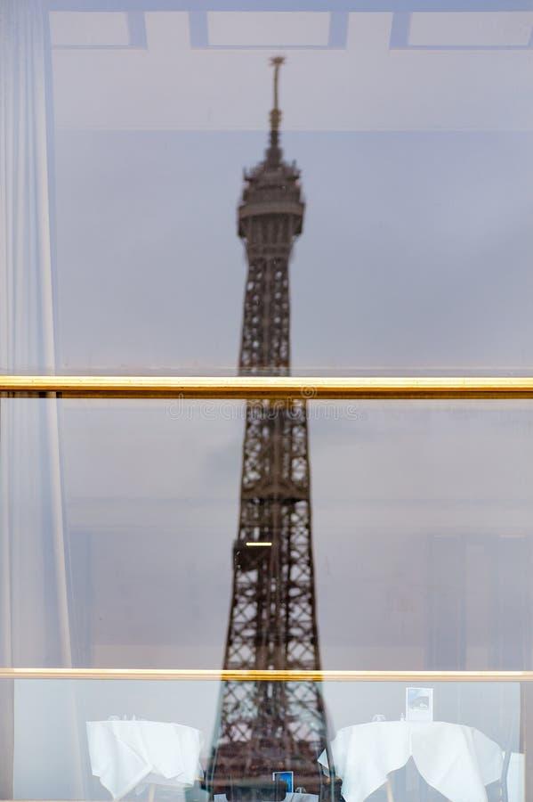 Wieża Eifla odbija w Palais De Chaillot restauraci okno fotografia royalty free